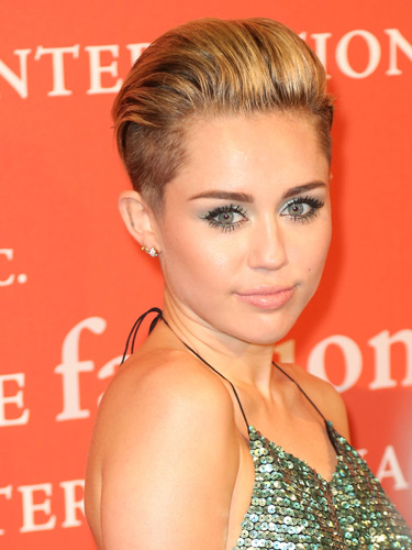 miley-cyrus-chic-hair-green-makeup-231013-TlsoXA-lgn