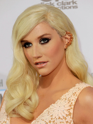 53d330e9ccec1_-_180713-kesha-rocks-ear-cuffs-american-music-awards-lgn